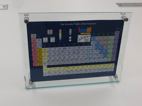 Periodic table of the elements (JP) on desk/卓上元素周期表